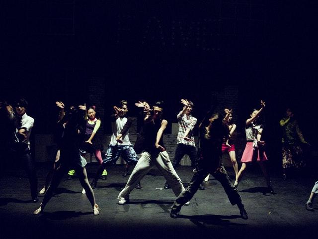Ungdommer som danser.
