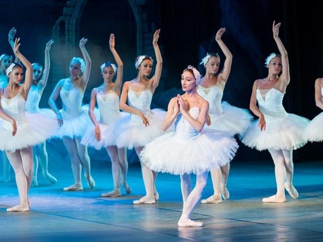 Kvinnelige ballettdansere på scenen.