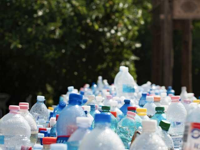 Mange forskjellige plastflasker